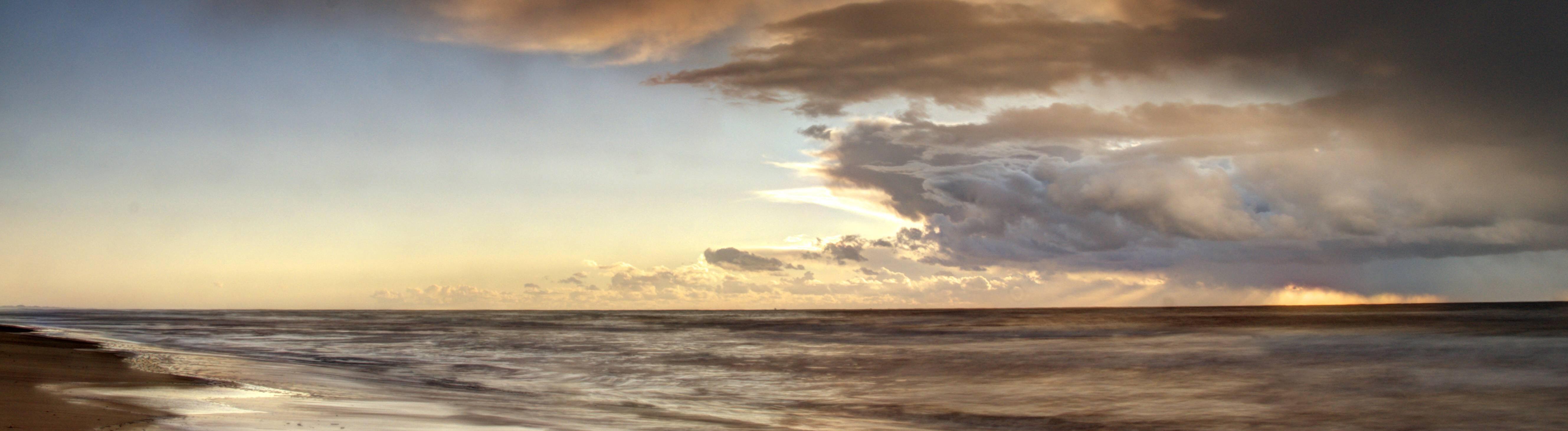 Nordseekueste mit dramatischen Wolken, Niederlande,