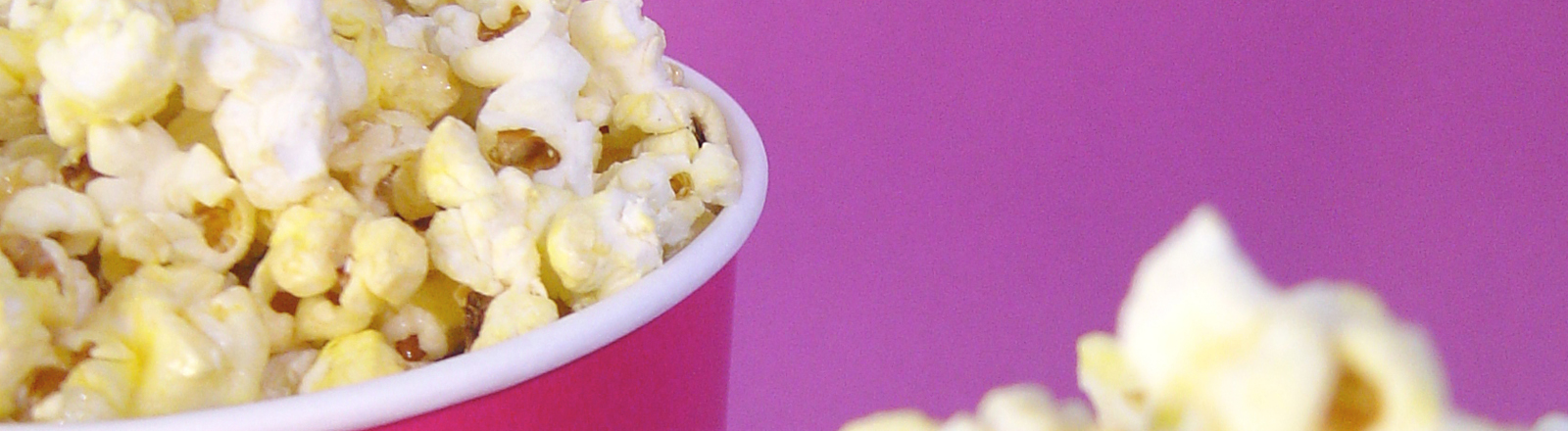 Ein Becher Popcorn