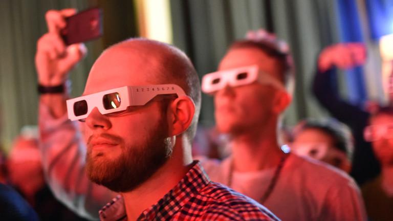 Zuschauer tragen 3D-Brillen, sie verfolgen die 3D-Show der Band Kraftwerk am 06.01.2015 in der Berliner Neuen Nationalgalerie; Bild: dpa