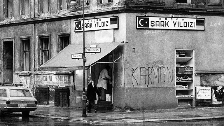 """Blick auf ein Geschäft in """"Klein-Istanbul"""", dem Bezirk Kreuzberg, am 18.04.1977."""
