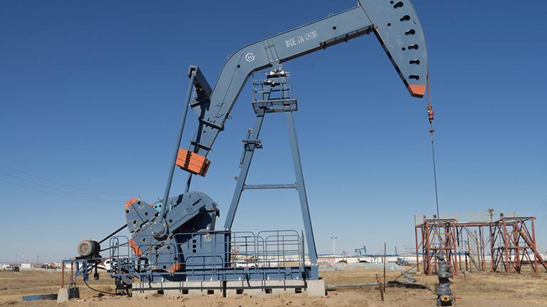 Eine Ölförderanlage in der mongolischen Steppe