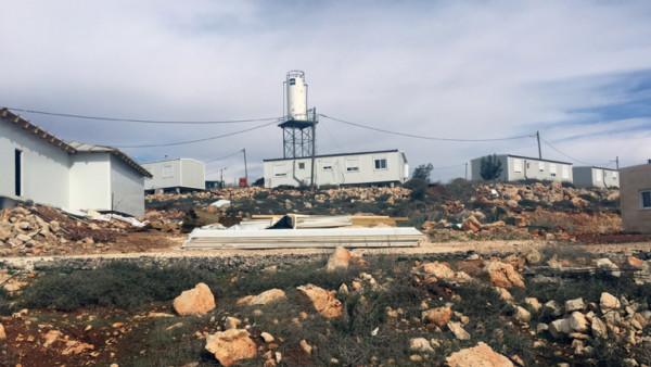 Die Wohncontainer stehen im Außenposten Esch Kodesch im Westjordanland auf steinigem Grund,