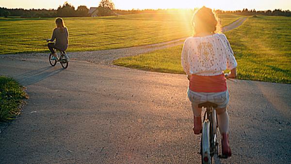 Zwei Frauen fahren Rad