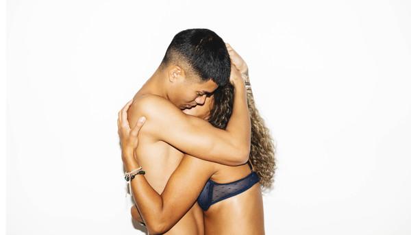 Paar, das sich umarmt.