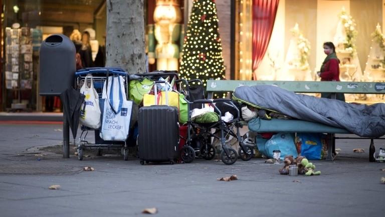 Obdachloser vor einem Geschäft auf dem Kurfürstendamm in Berlin Ende November 2020