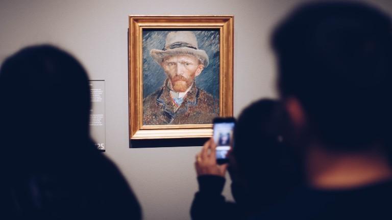 Besuchende machen ein Bild vom Selbstporträt von Vincent van Gogh im Rijksmuseum.