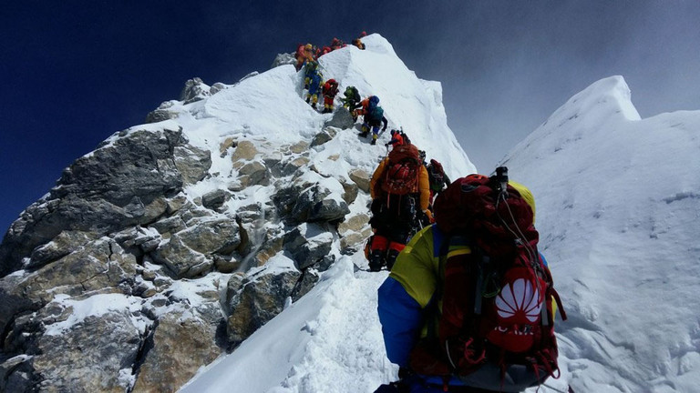 Bergsteiger in einer langen Schlange auf dem Mount Everest