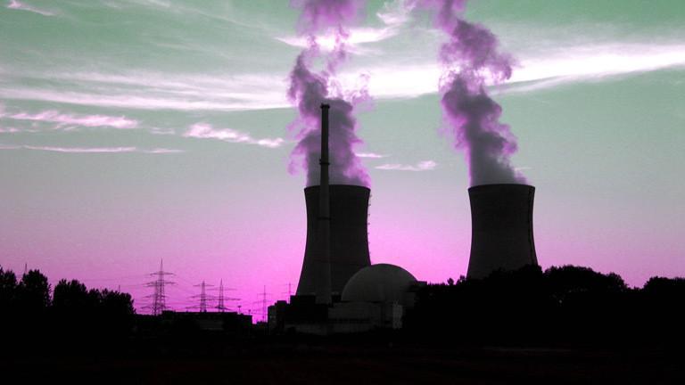 Zwei rauchende Türme eines Atomkraftwerk.