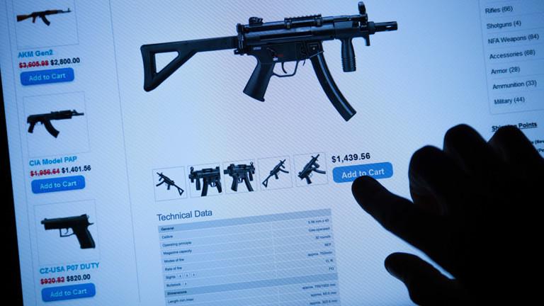Symbolbild: Ein Mann kauft im Darknet eine automatische Schnellfeuerwaffe.