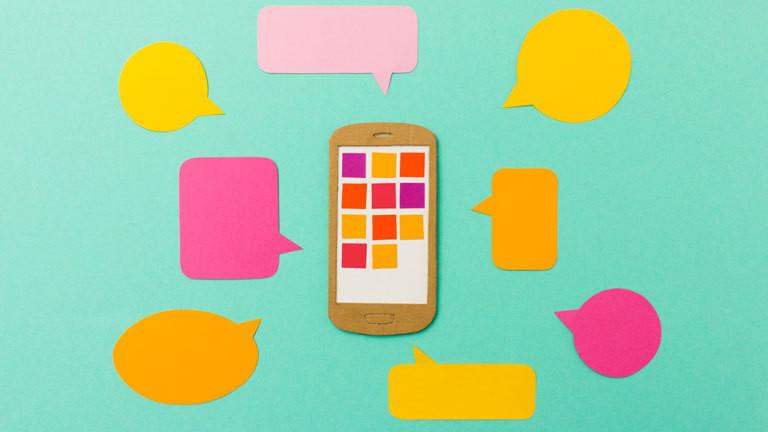 Modell Smartphone mit Sprechblasen