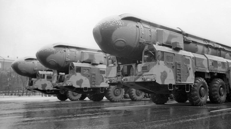 Bei einer Militärparade in Moskau 1990 präsentiert Russland Atomraketen.