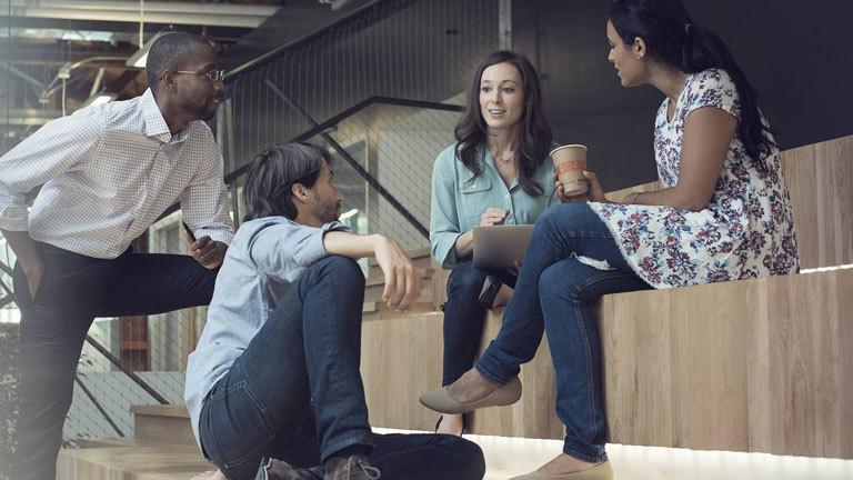 Eine Gruppe Männer und Frauen diskutieren.
