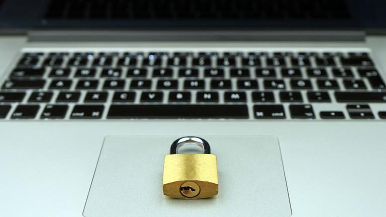 Dazensicherheit: Ein Schloss liegt auf dem Touchpad eines Laptops.