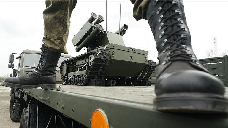 Ein Modell mit der Bezeichnung Platforma-M robotic system in Tschkalowski kurz bevor es an der Parade zum Tag des Sieges in Kaliningrad teilnimmt.