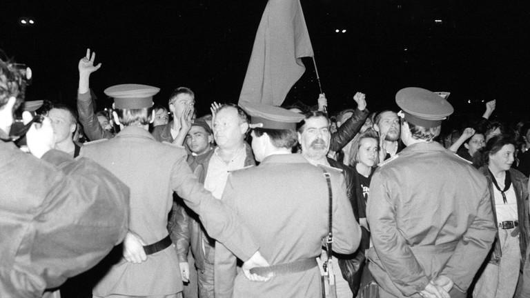 40. Jahrestag der DDR: Demonstration gegen die DDR-Regierung in Berlin-Mitte am Abend des 7.Oktober 1989.