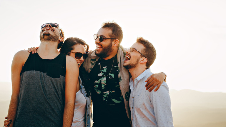 Vier Freunde, die miteinander lachen