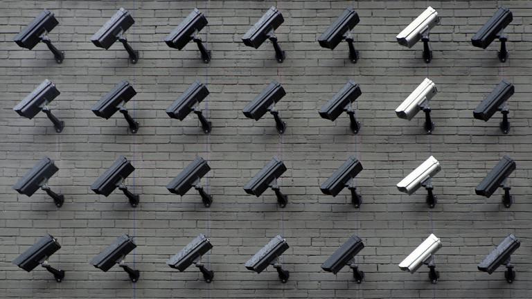 Überwachungskameras an Wand