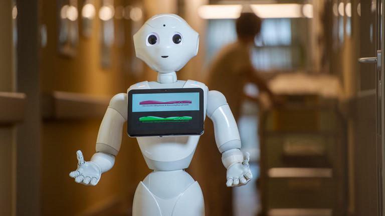 Der humanoide Pflegeroboter Pepper kommuniziert mit Bewohnern und Pflegekräften.