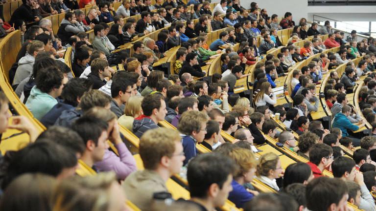 Studierende verfolgen am 06.11.2011 im Audimax Hoersaal des Karlsruher Instituts fuer Technologie, KIT (vormals Karlsruher Technische Universitaet Fridericiana) eine Vorlesung.