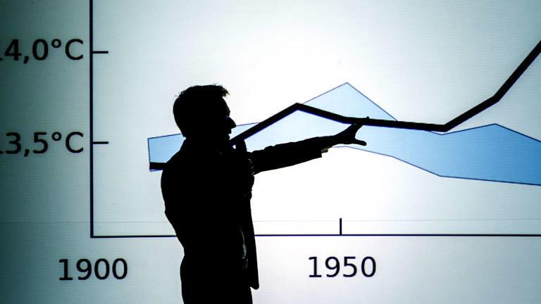 Ein Wissenschaftler vor einem Chart
