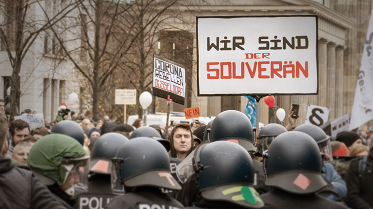 Die Polizei im Einsatz am Brandenburger Tor bei einer Demonstration gegen die Corona-Maßnahmen der Bundesregierung am 18.11.2020.
