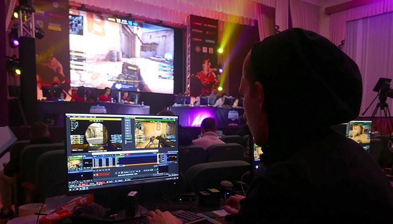 Ein Student spielt am Computer im Finale des Ukrainischen University Open 2019 Winter Cup für Dota 2 und CS:GO.