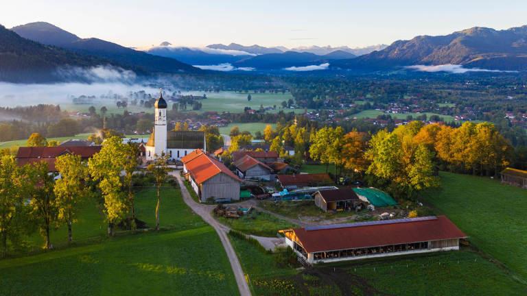 Luftaufnahme eines Dorfes in Bayern