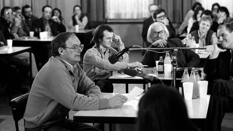 Schriftsteller Hermann Kant (vorn) während einer Lesung im Rahmen der Aktion - Schriftsteller für den Frieden - des Berliner Schriftstellerverbandes im VEB Berlin Chemie in Berlin Ost - Außerdem anwesend Schriftsteller Jan Koplowitz
