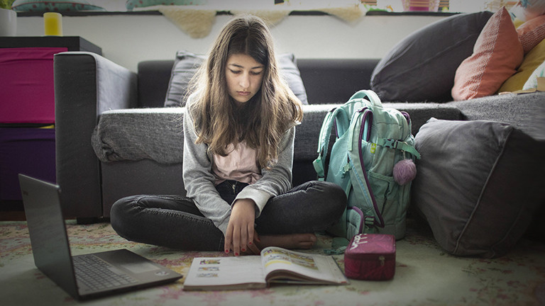 Ein Mädchen beim Schulaufgaben im Homeschooling