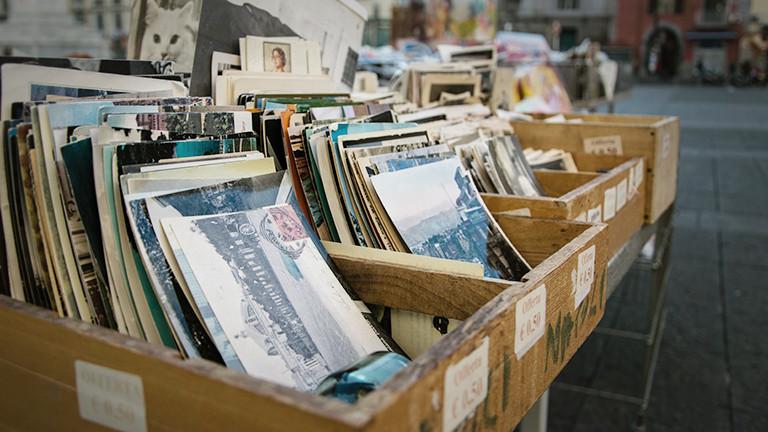 Alte Fotos und Postkarten in Holzkisten auf dem Flohmarkt