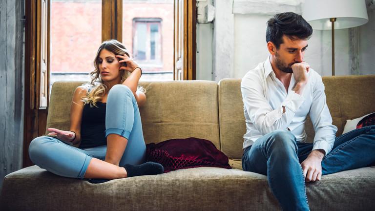 Ein Paar auf einem Sofa