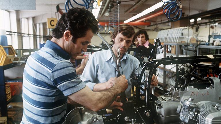Türkische Gastarbeiter im BMW-Motorradwerk in West-Berlin Ende der 70er Jahre