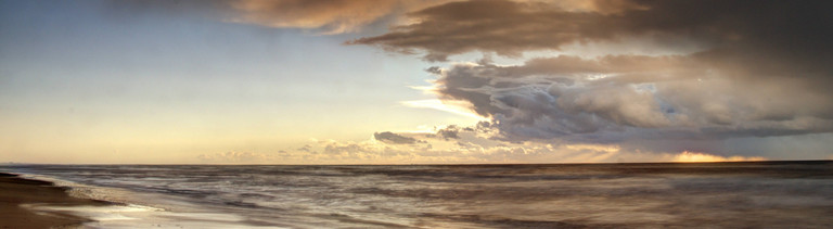 Nordseekueste mit dramatischen Wolken