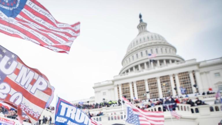 Anhängerinnen und Anhänger des damaligen US-Präsidenten Donald Trump stürmen am 6.01.2021 das US-Kapitol.