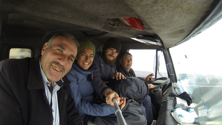Weltreise: Morten und Rochssare trampen seit fünf Jahren quer durch Asien - hier in einem Auto in der Türkei.