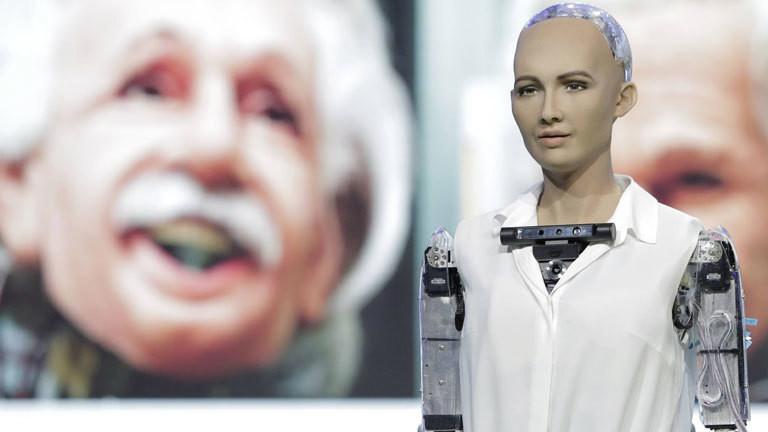 """Roboter """"Sophia"""" mit einem Bild von Albert Einstein im Hintergrund"""