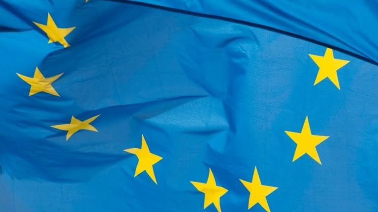 Die Flagge der EU - blauer Untergrund mit gelben Sternen.