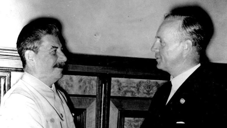 Das historische Foto vom 24.08.1939 aus Moskau zeigt Stalin und Ribbentrop