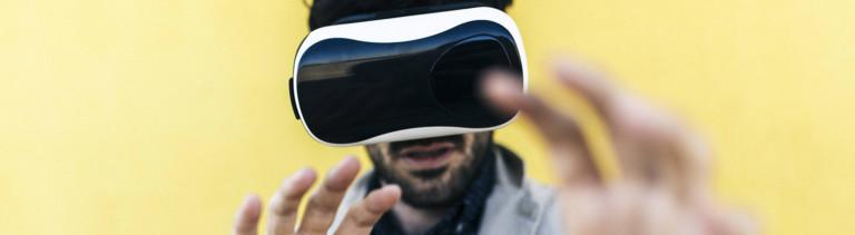 Mann mit einer VR-Brille
