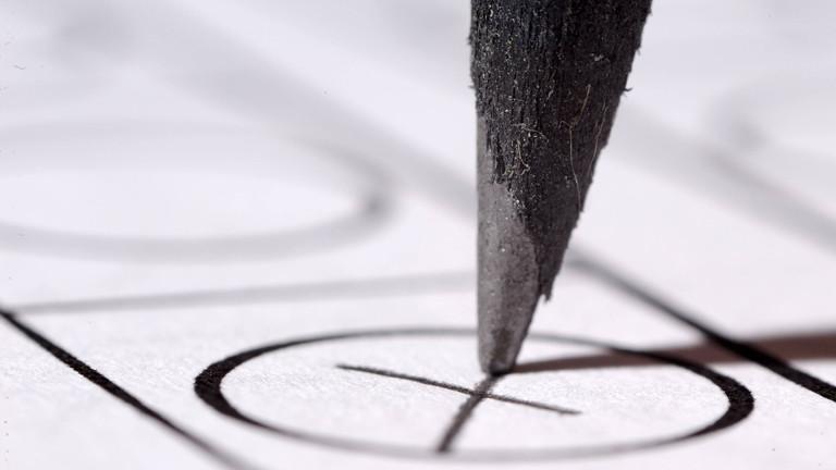 Ausschnitt eines Stimmzettels, Bleistift macht Kreuz