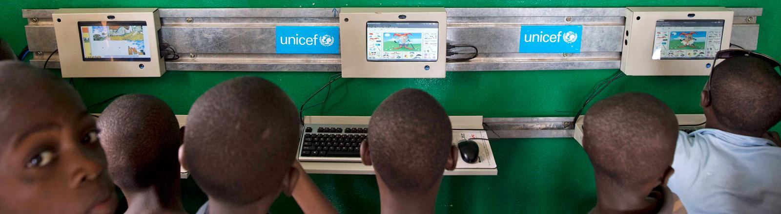 In einem Zentrum für benachteiligte Kinder in Bujumbura, der Hauptstadt von Burundi, lernen Kinder, in einem von UNICEF unterstützten Pilotprojekt.