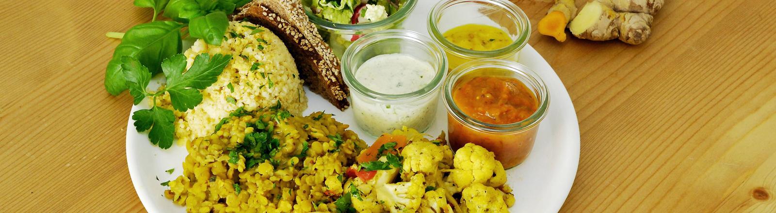 Teller mit Gemüse und Reis