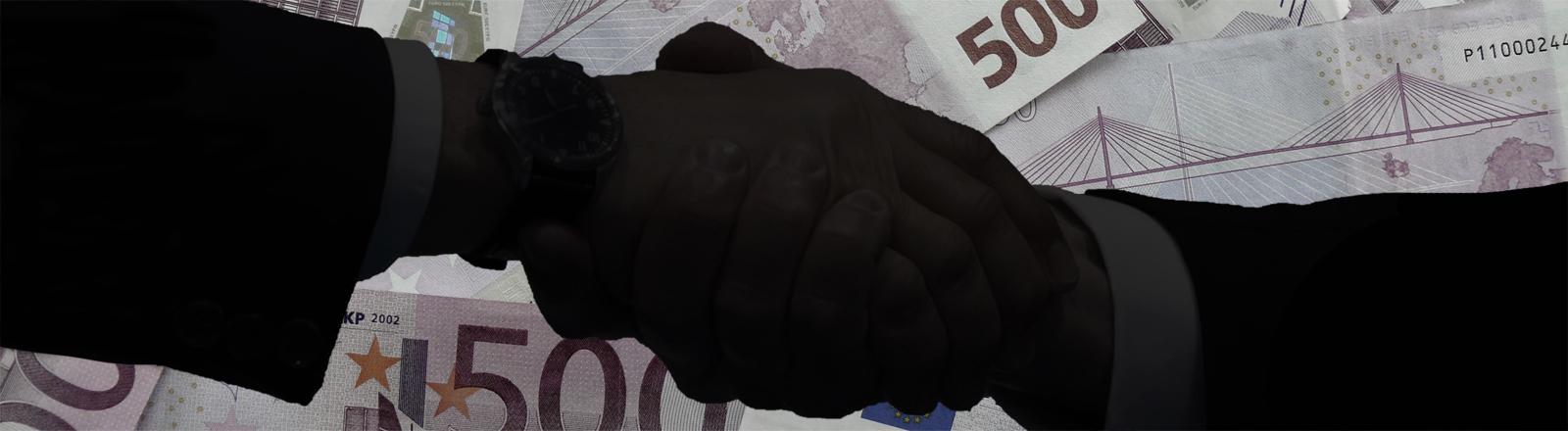 Handschlag vor 500-Euro-Scheinen