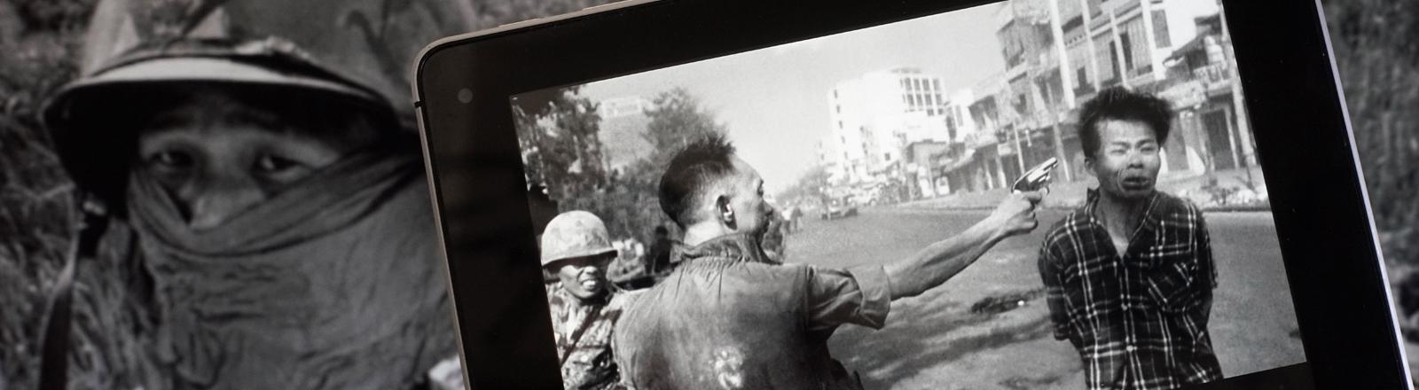 Auf einem iPad wird ein historisches schwarzweiß Foto angeschaut