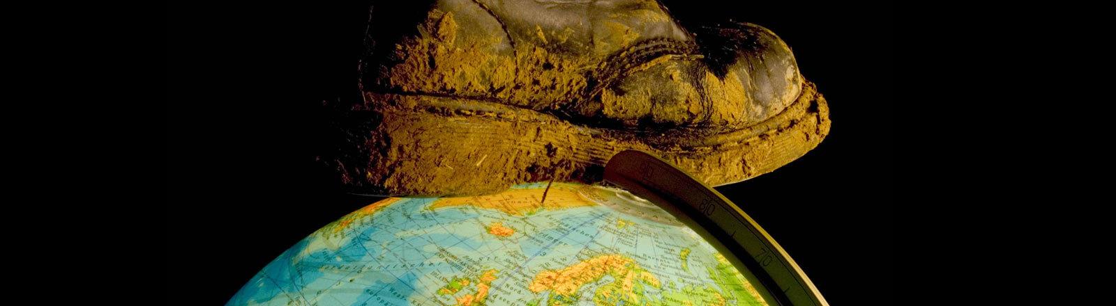 Stiefel tritt auf Globus.