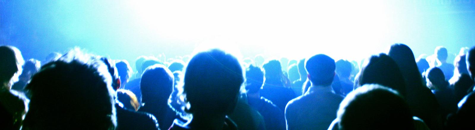 Publikum schaut ins Licht (froodmat | photocase.de)