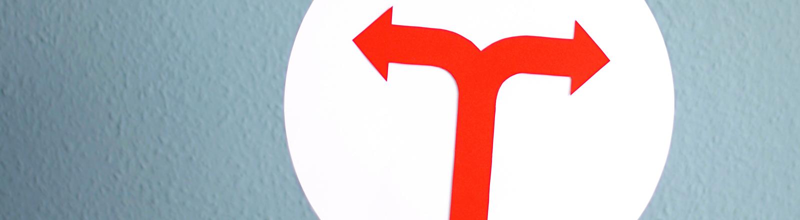 Ein Pfeil zeigt nach links, einer nach rechts.