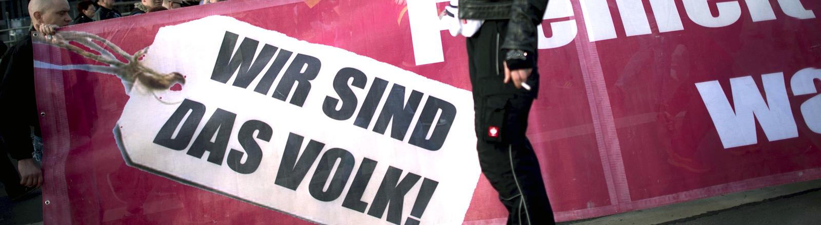 """""""Wir sind das Volk"""" steht auf einem Plakat."""