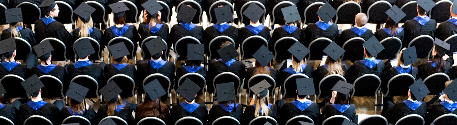 Uni-Absolventen in Reih und Glied
