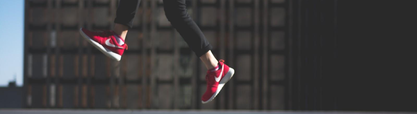 Eine Person springt hoch